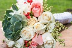 Beau bouquet pour la jeune mariée le jour du mariage Photographie stock libre de droits