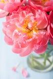 Beau bouquet rose de fleur de pivoine dans le vase photographie stock