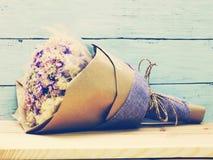 Beau bouquet sec de fleur sur le fond en bois Photo stock