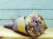 Beau bouquet sec de fleur sur le fond en bois Photos libres de droits