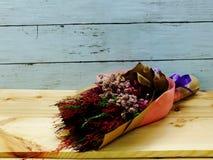 Beau bouquet sec de fleur sur le fond en bois Photo libre de droits