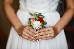 Beau bouquet sensible de mariage de fleur avec blanc, le rose et les roses rouges dans les anneaux les épousant de la jeune marié image libre de droits