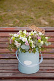Beau bouquet tendre des fleurs dans la boîte bleue sur le backgr en bois Photographie stock libre de droits