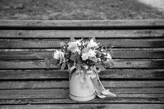 Beau bouquet tendre des fleurs dans la boîte rose sur le backgr en bois Image libre de droits