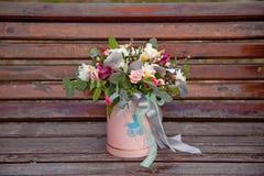 Beau bouquet tendre des fleurs dans la boîte rose sur le backgr en bois Photo libre de droits