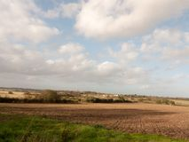 Beau bout droit de paysage de champ de ferme en dehors de la rotation d'été Photo stock