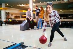 Beau bowling de femme avec des amis photos libres de droits