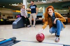 Beau bowling de femme avec des amis images stock