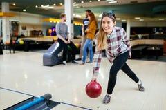 Beau bowling de femme avec des amis Photographie stock