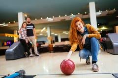 Beau bowling de femme avec des amis Image stock