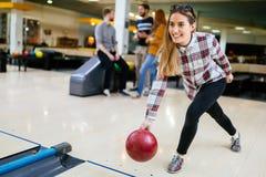 Beau bowling de femme avec des amis Image libre de droits