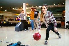 Beau bowling de femme avec des amis Images libres de droits