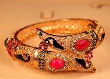 Beau bracelet indien d'or image libre de droits