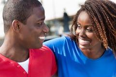 Beau bras africain de couples dans le bras Images libres de droits