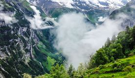 Beau brouillard en forme de coeur dans la vallée de montagne Beauté en nature à la vallée de Lauterbrunnen, village de Gimmelwald Photos libres de droits
