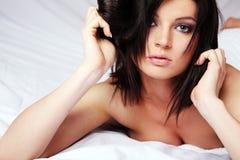Beau brunette dans le bâti. photo libre de droits