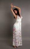 Beau brunette harmonieux dans une robe Image libre de droits