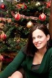 Beau brunette par l'arbre de Noël photo libre de droits