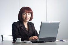 Beau businesswomаn derrière un appareil de bureau images libres de droits