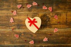 Beau cadeau avec la forme de coeur et le ruban rouge Photos libres de droits