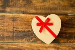 Beau cadeau avec la forme de coeur et le ruban rouge Photo libre de droits