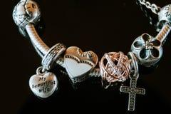 Beau cadeau de mariage femelle de bracelet images stock