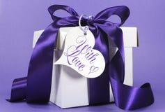 Beau cadeau pourpre et blanc avec le ruban de luxe Image stock