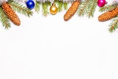 Beau cadre de Noël fait de branches de sapin, cônes et jouets multicolores d'isolement sur le fond blanc image libre de droits