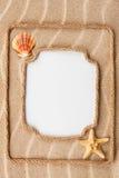 Beau cadre deux fait de coquilles de corde et de mer avec un CCB blanc photo libre de droits