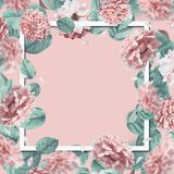 Beau cadre floral avec tomber ou piloter les fleurs et les feuilles roses au fond en pastel image libre de droits