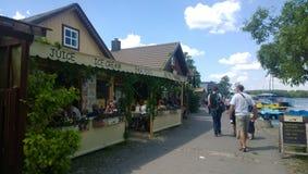 Beau café de rue dans Trakai image libre de droits