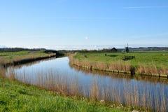 Beau canal avec le moulin de vent Photos libres de droits