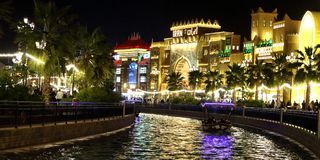 Beau canal de village global Dubaï Images stock
