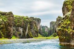 Beau canyon de Fjadrargljufur avec la rivière et les grandes roches Photos stock