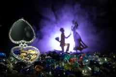 Beau cercueil en forme de coeur ouvert de vieil argent de vintage avec des anneaux de mariage avec la silhouette du jeune homme r Images stock