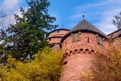 Beau château de brique rouge de Haut-Koenigsbourg en Alsace Image stock