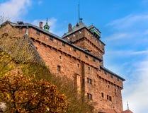 Beau château de brique rouge de Haut-Koenigsbourg en Alsace Photo stock