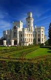 Beau château Hluboka i de la Renaissance la République Tchèque, avec le jardin gentil et le ciel bleu Images libres de droits
