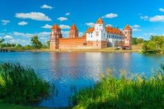 Beau château médiéval et un lac au Belarus Photo libre de droits