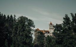 Beau château mystérieux de son Résidence de vampire de Dracula dans les forêts de la Roumanie images libres de droits