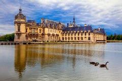 Beau château romantique De Chantilly de château Résidence royale photographie stock