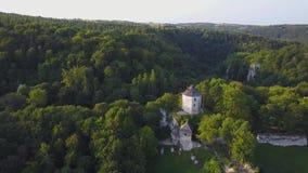 Beau château sur la colline dans Ojcow, Pologne banque de vidéos