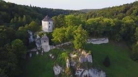 Beau château sur la colline dans Ojcow, Pologne clips vidéos