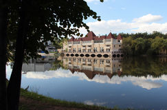 Beau château sur les rivages du lac pittoresque photos libres de droits