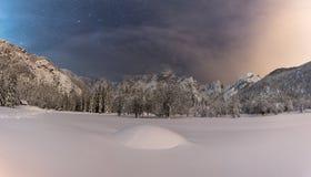 Beau champ neigeux avec le ciel étoilé stupéfiant photographie stock libre de droits