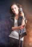 Beau chanteur avec le microphone photos libres de droits