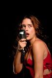 Beau chanteur chantant avec le microphone Image stock