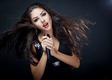 Beau chanteur de jeune femme Image libre de droits