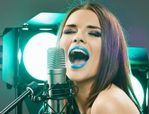 Beau chanteur de jeune femme Fille de l'adolescence émotive Photos stock