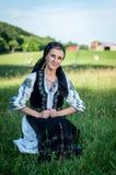Beau chanteur posant dans le costume traditionnel, f roumain photographie stock